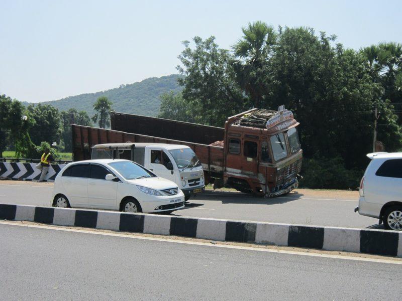 トラック 交通事故